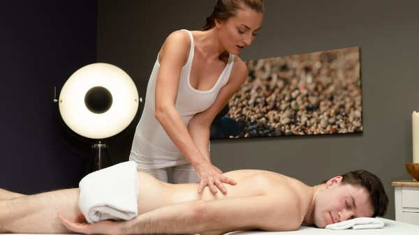 Sexy masseuse gives oily hand job at SexyHub.com