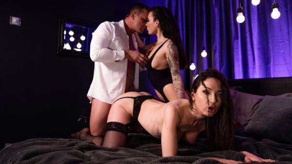 Lothario enjoys two beautiful girls at SexyHub.com
