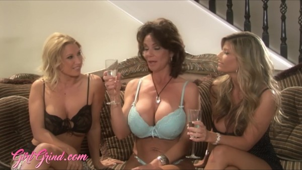Strapon threeway with MILF